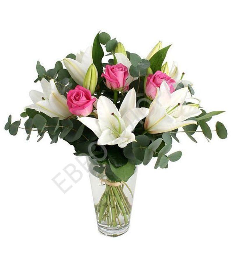 Букет с белой лилией и розами